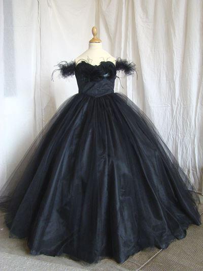 c93c403470a Robe Opéra en tulle noir et plumes